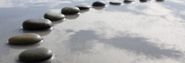 Steine im seichten Wasser